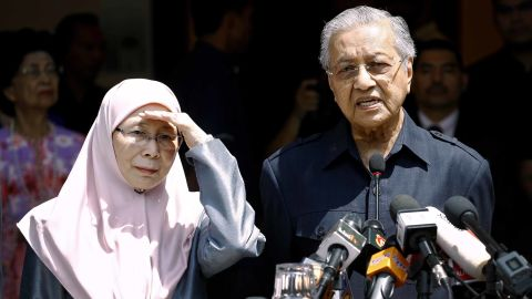 Prime Minister Mahathir Mohamad speaks next to Justice Party president Wan Azizah, wife of Anwar Ibrahim, at a press conference in Kuala Lumpur on Friday.