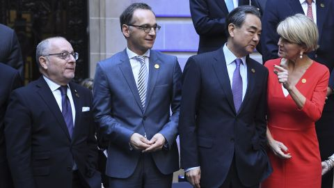 Ministers of Foreign Affairs from China, Wang Yi, and Australia, Julie Bishop, talk during a group photo on May 21 in Buenos Aires.