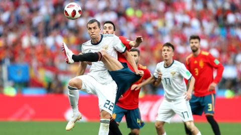 Dzyuba is defended by Sergio Busquets.