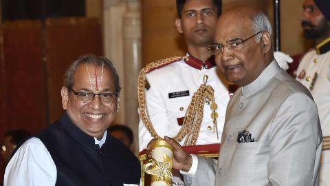 Rajagopalan Vasudevan receives the Padma Shri award from President Ram Nath Kovind in March 2018.