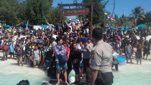 Hundreds of people try to leave Gili Trawangan, north of neighboring Lombok island.