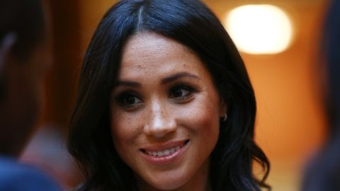 LONDON, ENGLAND - JUNE 26:  Meghan, Duchess of Sussex meets group of leaders during the Queen's Young Leaders Awards Ceremony at Buckingham Palace on June 26, 2018 in London, England. The Queen's Young Leaders Programme, now in its fourth and final year, celebrates the achievements of young people from across the Commonwealth working to improve the lives of people across a diverse range of issues including supporting people living with mental health problems, access to education, promoting gender equality, food scarcity and climate change.  (Photo by Yui Mok - WPA Pool/Getty Images)