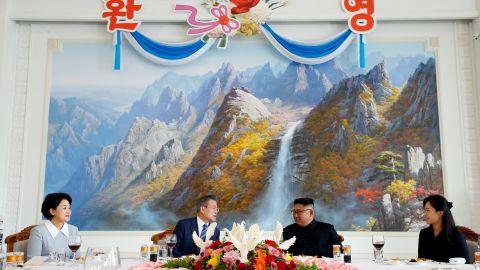 South Korean President Moon Jae-in and North Korean leader Kim Jong Un attend a luncheon.