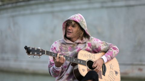 Justin Bieber plays a surprise acoustic set outside Buckingham Palace on September 18, 2018.