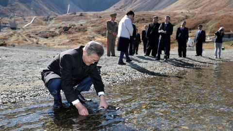 Moon Jae-in collects water from Heaven Lake at the bottom of Mount Paektu.