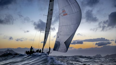 In the creeks of Marseille at sunset, Piérik Jeannoutot captured a boat and her crew during the SNIM regatta.