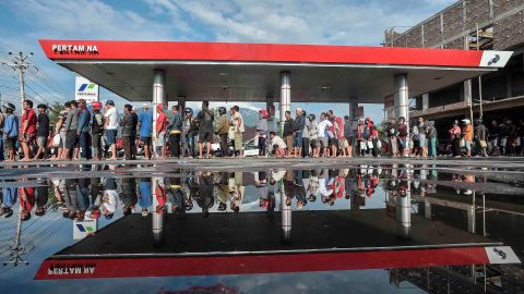 People wait in line for fuel in Palu.