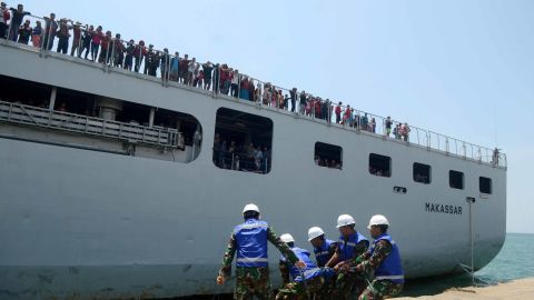 Indonesian soldiers in Makassar prepare to welcome a military ship with evacuees on October 4.