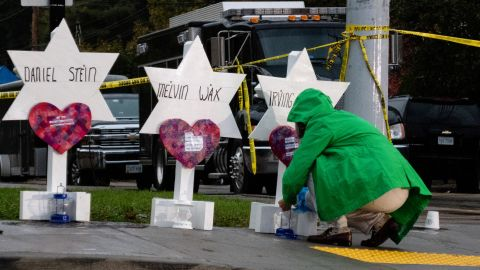 SQUIRREL HILL, PITTSBURGH, PA, UNITED STATES - 2018/10/28: Mourner seen praying front of temporary graves in the makeshift memorial at the site of the mass shooting. After the tragic shooting in Pittsburgh, PA at the Tree of Life. Community gathers from all different races and religions.  Many have driven and flown many hours to get there to show support. (Photo by Aaron Jackendoff/SOPA Images/LightRocket via Getty Images)