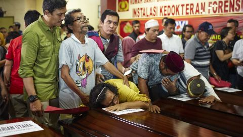 JAKARTA, INDONESIA - NOVEMBER 4: Family members grieve over a coffin of a relative after police handed over the remains of their relatives who died in the Lion Air flight JT 610 crash at the police hospital on November 4, 2018 in Jakarta, Indonesia. Indonesian authorities said on Sunday they have been able to identify 7 more victims of Lion Air flight 610. All 189 passengers and crew for the Boeing 737 are feared dead after the plane crashed into the Java sea shortly after takeoff as investigators and agencies from around the world continue its week-long search for victims and the cockpit voice recorder which might solve the mystery. (Photo by Ed Wray/Getty Images)