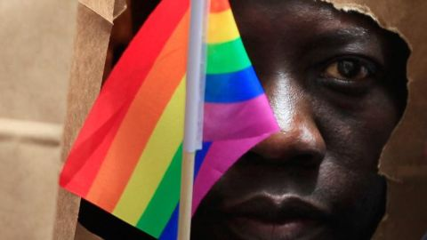An asylum seeker from Uganda covers his face with a paper bag in order to protect his identity as he marches with the LGBT Asylum Support Task Force during the Gay Pride Parade in Boston, Massachusetts June 8, 2013. REUTERS/Jessica Rinaldi (UNITED STATES - Tags: POLITICS SOCIETY) - GM1E9690D3101
