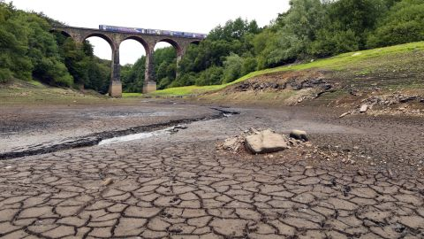 A picture shows a parched section of the Wayoh Reservoir spanned by the Armsgrove Viaduct at Edgworth near Bolton, northwest England, on August 1, 2018 as dry and hot conditions were set to continue in much of Britain during a heatwave in Europe. - Britain has experienced its driest first half to a summer on record, with temperatures topping 30 degrees Celsius for several days, according to the Met Office. Wayoh reservoir supplies drinking water to the northwest Town of Bolton in Greater Manchester. (Photo by Paul ELLIS / AFP)        (Photo credit should read PAUL ELLIS/AFP/Getty Images)