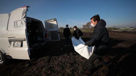 Doctors place bodies in vans January 19 in Tlahuelilpan.