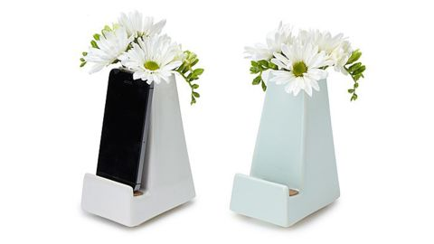 """<strong>Half smartphone stand, half vase, all of it a cute piece of decor for your bedroom ($32; </strong><a href=""""https://www.uncommongoods.com/product/bedside-smartphone-vase"""" target=""""_blank"""" target=""""_blank""""><strong>uncommongoods.com</strong></a><strong>)</strong>"""