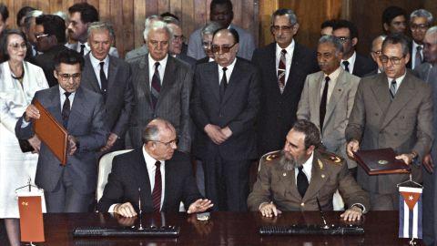 Mikhail Gorbachev with Fidel Castro in 1989.