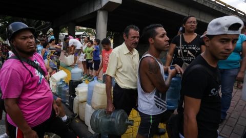 People queue to collect potable water in Caracas on March 10, 2019, during the third day of a massive power outage which has left Venezuelans without communications, electricity and water. - The unprecedented power outage already left 15 patients dead and threatens to extend indefinitely, increasing distress for the severe political and economic crisis hitting the oil-rich South American nation. (Photo by Cristian Hernandez / AFP)        (Photo credit should read CRISTIAN HERNANDEZ/AFP/Getty Images)