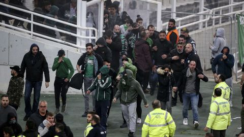 Olympiakos, who led 1-0 at the time of the game being officially called off, has been handed the victory. Panathinaikos could face both a fine and points deduction due to the behavior of the club's fans.