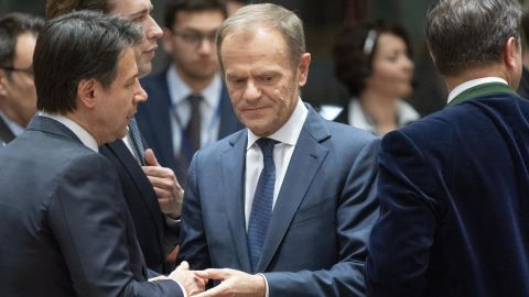Donald Tusk, president of the European Union (EU), center, speaks with Giuseppe Conte, Italy's prime minister, left, at the start of round-table talks.