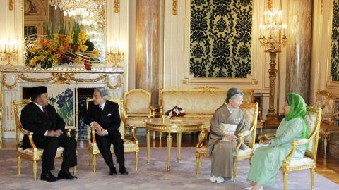 Akihito talks with Malaysian King Syed Sirajuddin while Michiko meets with Queen Tuanku Fauziah in 2005.