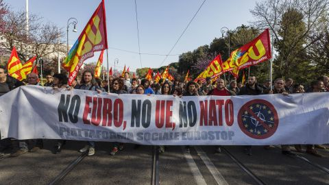 ROME, ITALY - 2017/03/25: Thousands of anti-EU protesters gathered in Italys capital to take part in an Euro-Stop demonstration (by left wing EuroStop Social Platform) to protest against the celebrations of the 60th anniversary of the signing of the Treaty of Rome. (Photo by Giuseppe Ciccia/Pacific Press/LightRocket via Getty Images)