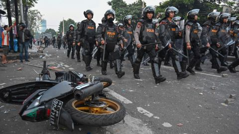 Indonesian anti-riot police take a position to disperse the mob during an overnight violent demonstration near by the Elections Oversight Body in Jakarta on May 22, 2019.
