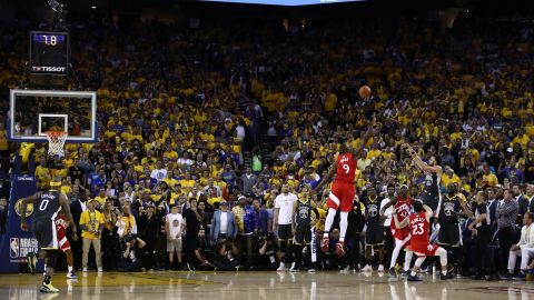 Curry misses a 3-pointer in the game's final seconds.