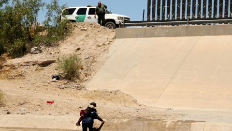 TOPSHOT - A Central American migrant and a girl cross the Rio Grande in Ciudad Juarez, State of Chihuahua, Mexico, on June 12, 2019, before turning themselves into US Border Patrol agents to claim asylum. (Photo by HERIKA MARTINEZ / AFP)        (Photo credit should read HERIKA MARTINEZ/AFP/Getty Images)