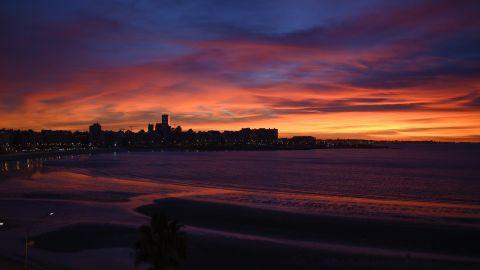 <strong>Mondevideo:</strong> Dawn breaks over Pocitos Beach in the upmarket Pocito neighborhood of the Uruguayan capital.