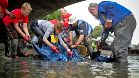 Volunteers with Thames21 cleaning up the river.
