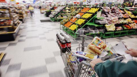 Michael Lipsitz does his grocery shopping at the WalMart in Crossville, Tennessee March 21, 2008.   Food prices are soaring, a wealthier Asia  is demanding better food and farmers can?t keep up. In short, the world is in a food crisis that is in danger of boiling over.             REUTERS/Brian Snyder    (UNITED STATES)