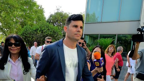 Javier Sanchez Santos (C), who claims to be the son of Spanish crooner Julio Iglesias, arrives with his mother Maria Edite Santos (L)to appear to the court of Valencia before a hearing to examine his paternity claim on July 04, 2019 (Photo by JOSE JORDAN / AFP)        (Photo credit should read JOSE JORDAN/AFP/Getty Images)