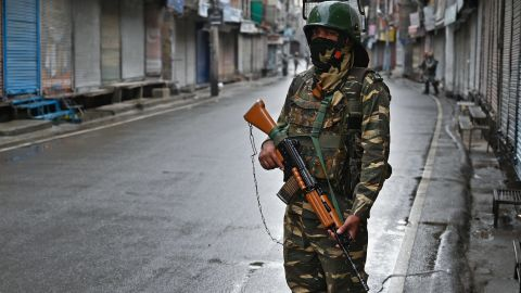 An Indian security personnel stands guard on a street during a curfew in Srinagar on August 8, 2019, as widespread restrictions on movement and a telecommunications blackout remained in place after the Indian government stripped Jammu and Kashmir of its autonomy. (Photo by Tauseef MUSTAFA / AFP)        (Photo credit should read TAUSEEF MUSTAFA/AFP/Getty Images)