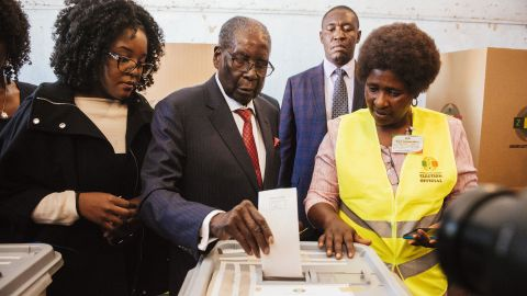 Mugabe casts his vote in the 2018 Zimbabwe elections.
