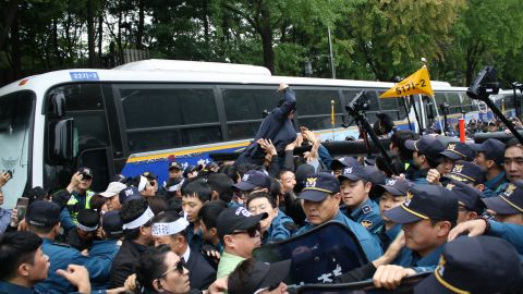 Protesters demanding a government apology for the deaths of Han Sung-ok and Kim Dong-jin clash with the police.