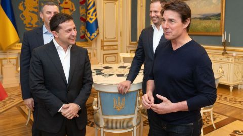 Zelensky (L) met Tom Cruise in Kiev on Monday.