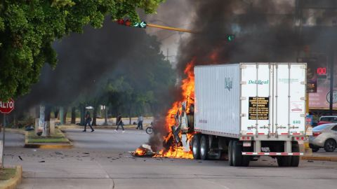 """A truck burns in a street of Culiacan, state of Sinaloa, Mexico, on October 17, 2019. - Heavily armed gunmen in four-by-four trucks fought an intense battle against Mexican security forces Thursday in the city of Culiacan, capital of jailed kingpin Joaquin """"El Chapo"""" Guzman's home state of Sinaloa. (Photo by STR / AFP) (Photo by STR/AFP via Getty Images)"""