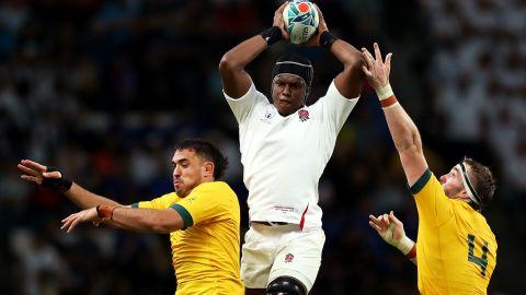 Maro Itoje of England claims a lineout ahead of Rory Arnold and Izack Rodda of Australia.