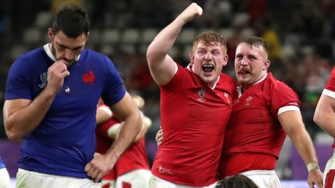 Aaron Wainwright celebrates with teammates after Wales' 20-10 quarterfinal win over France.