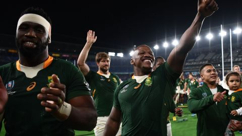 South Africa triumphs 19-16 thanks to a late penalty kick from Handre Pollard. Springbok hooker Bongi Mbonambi (center) gestures after booking a spot in the final against England.