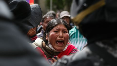 A woman protests in Sercanias from Plaza Murillodando for ex-President Morales. After the resignation of Head of State Morales and his flight into exile in Mexico, Bolivia was without leadership.