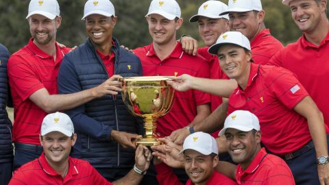 Woods and his teammates pose with the Presidents Cup.