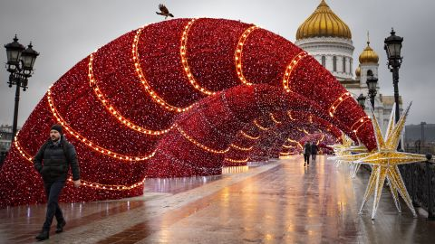 <strong>Moscow, Russia:</strong> The Patriarch's Bridge, by the Cathedral of Christ the Savior, has been festooned with Christmas decorations.