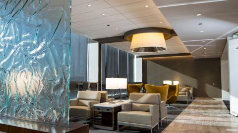Get complimentary access to airport lounges like the United Club at Chicago's O'Hare with the United Club Infinite Card.