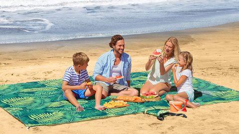 UrbanEco Outdoors Oversize Lightweight Beach Blanket