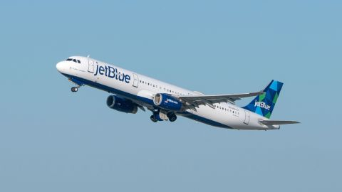 LOS ANGELES, CA - NOVEMBER 11: JetBlue Airways Airbus A321-231 takes off from Los Angeles international Airport on November 11, 2020 in Los Angeles, California.  (Photo by AaronP/Bauer-Griffin/GC Images)