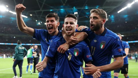 LONDON, ENGLAND - JULY 06: Jorginho of Italy celebrates with Matteo Pessina and Domenico Berardi after scoring their sides winning penalty in the penalty shoot out during the UEFA Euro 2020 Championship Semi-final match between Italy and Spain at Wembley Stadium on July 06, 2021 in London, England. (Photo by Carl Recine - Pool/Getty Images)