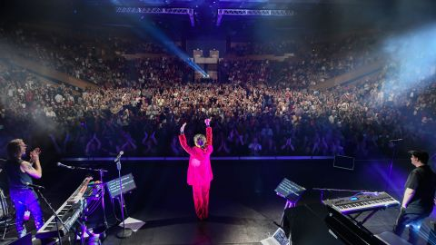 Zangeres Tina Arena aan het einde van het eerste concert van haar National Enchanté Tour op 2 mei 2021 in Brisbane, Australië.