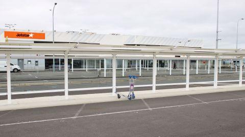Een achtergelaten bagagekarretje voor de Jetstar-terminal op de binnenlandse terminal van Auckland Airport op 7 oktober 2020, twee dagen voordat de beperkingen in het Auckland-gebied werden ingevoerd nadat Covid-19 opnieuw de kop opstak in de gemeenschap.