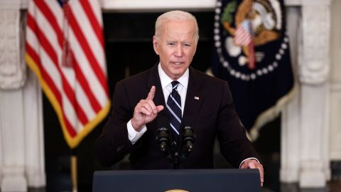 WASHINGTON, DC - SEPTEMBER 09: U.S. President Joe Biden speaks about combatting the coronavirus pandemic in the State Dining Room of the White House on September 9, 2021 in Washington, DC. As the Delta variant continues to spread around the United States, Biden outlined his administration's six point plan, including a requirement that all federal workers to be vaccinated against Covid-19. Biden is also instructing the Department of Labor to draft a rule mandating that all businesses with 100 or more employees require their workers to get vaccinated or face weekly testing. (Photo by Kevin Dietsch/Getty Images)