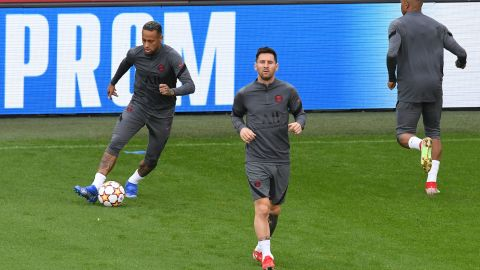 Paris Saint-Germain's Argentinian forward Lionel Messi (C) jogs past Paris Saint-Germain's Brazilian forward Neymar during a training session at The Jan Breydel Stadium in Bruges on September 14, 2021, on the eve of the UEFA Champions League Group A football match against Club Brugge. (Photo by JOHN THYS / AFP) (Photo by JOHN THYS/AFP via Getty Images)